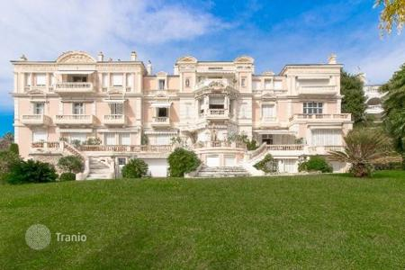 Luxury 4 bedroom apartments for sale in France. Exclusive apartment in historic house of XIX century of consruction with view at the bay. Long term lease ability. Cannes, France