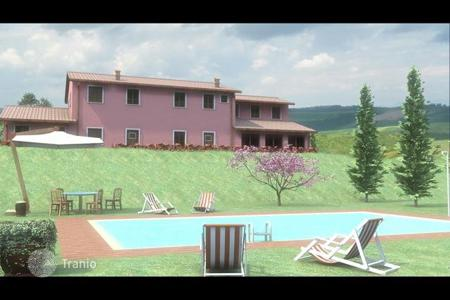 Houses with pools for sale in Arezzo. Villa – Arezzo, Tuscany, Italy