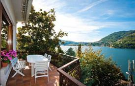 Luxury houses for sale in Lombardy. A big house with a garden and panoramic views of Lake Como