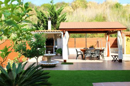 Chalets for sale in Catalonia. House with swimming pool and private garden with barbecue