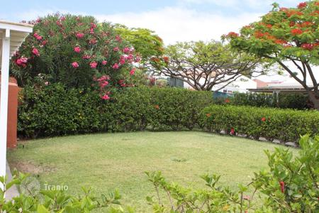 Coastal houses for sale in Gran Canaria. Bungalow with large Garden