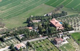 Luxury houses for sale in Umbria. In Umbria, located in the countryside about 15 km from the centre of Perugia, we are delighted to offer for sale this luxury villa