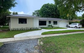 Cozy cottage with a backyard, a sitting area and a garage, Miami, USA for $1,030,000