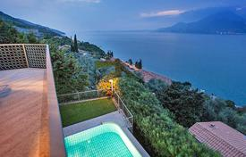 Luxury houses with pools for sale in Italian Lakes. Villa – Garda, Veneto, Italy