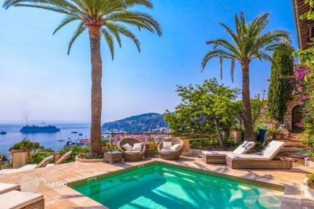 5 bedroom villas and houses to rent in Villefranche-sur-Mer. Beautiful villa with spectacular views on the bay of Villefranche-sur-mer and the peninsula of Cap Ferrat