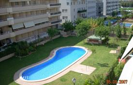 Apartments for sale in Costa Dorada. Furnished apartment with a terrace and a parking in a residential complex with a garden and a swimming pool, Salou, Spain