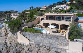 Luxury property for sale in Sainte-Maxime. Cozy villa with a direct access to the sea, a swimming pool and a parking, Sainte-Maxime, France