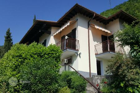 2 bedroom houses for sale in Lombardy. A pretty detached villa located in a dominant and very sunny position in Lenno