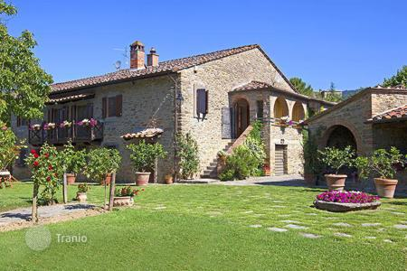 Luxury houses for sale in Cortona. 'IL GIARDINO DI CORTONA'farmhouse for sale in Tuscany/Prestigious farmhouse in Cortona