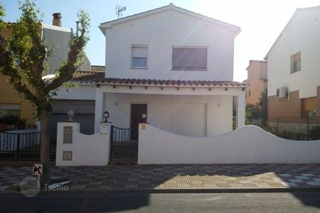 Chalets for sale in Costa Brava. Townhouse in the center of Maçanet