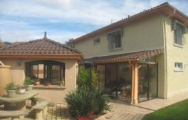 Residential for sale in Pau. Spacious villa with a beautiful garden, in a quiet area, 10 minutes drive from the city center, Pau, France