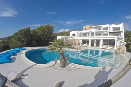 Property to rent in Balearic Islands. Villa with sea views for rent in a quiet area, 15 minutes from Ibiza and Platja d 'en Bossa