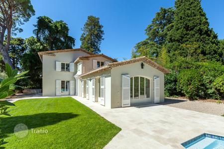 Luxury houses for sale in Cannes. Cannes — Basse Californie — Nearby shops