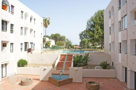 Cheap property for sale in San Roque. Lovely south-facing apartment in Royal Golf with communal gardens and pool