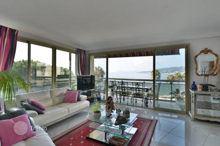 2 bedroom apartments for sale in Côte d'Azur (French Riviera). Two-bedroom apartment with a large terrace, in a beachfront residence with a concierge, Juan les Pins, France. Prompt sale!