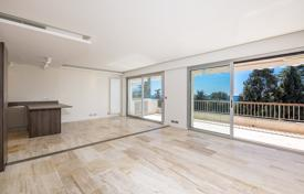 Apartments with pools by the sea for sale in France. Sea view apartment with spacious and light rooms, Cannes, France
