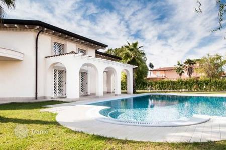 3 bedroom houses for sale in Tuscany. Prestigious villa with a swimming pool in Forte dei Marmi