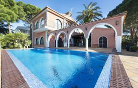 Houses for sale in Empuriabrava. Villa with a pool, a terrace and a pier, Empuriabrava, Spain