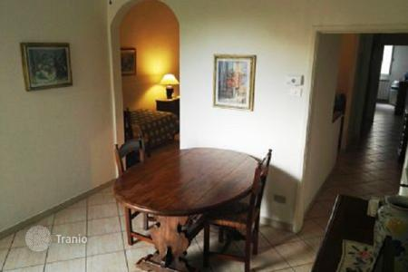 Apartments for sale in Tuscany. Apartment with a balcony, in a recently renovated building, Florence, Italy. High rental potential!