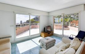 2 bedroom apartments for sale in Beausoleil. Spacious apartment with a terrace and a sea view, in a secure residence with a swimming pool, Beausoleil, Côte d'Azur