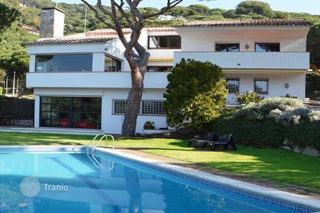 Houses with pools for sale in Costa del Maresme. Detached Mediterranean-style house