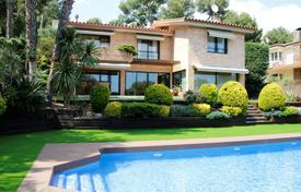 5 bedroom houses by the sea for sale in Costa del Garraf. Two-level house with a pool and a playground in Castelldefels, suburb of Barcelona