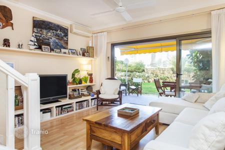 3 bedroom apartments for sale in Costa del Garraf. Two-level apartment with a spacious balcony and a private terrace overlooking the landscaped garden in the Vinyet, Sitges, Spain