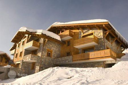 Chalets for rent in Montvalezan. A spacious chalet with 3 bedrooms and en-suite bathrooms, a living room with a fireplace, a balcony and a sauna, La Rosiere, France