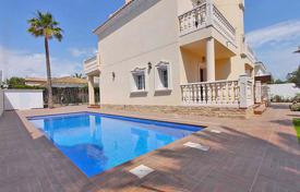 5 bedroom houses for sale in Costa Blanca. Orihuela Costa, Cabo Roig. Villa of 208 m² built with plot of 518 m². Property consists of 5 bedrooms, 4 bathrooms