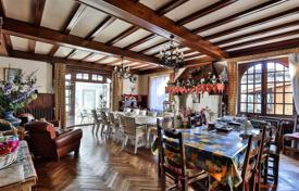 Apartments for sale in Aquitaine. Three-bedroom apartment with a large garden in a historic building, in Saint-Jean-de-Luz, Aquitaine, France
