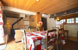Residential for sale in Auvergne-Rhône-Alpes. Three-bedroom top floor apartment in the heart of Morzine, France