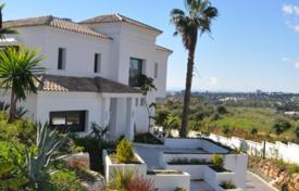 Luxury 4 bedroom houses for sale in Costa del Sol. Elegant house next to the beach
