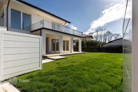 Luxury 3 bedroom houses for sale in Tuscany. New villa with large terrace and spectacular views of the mountains of Versilia in Forte dei Marmi