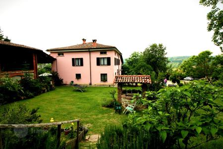 Property for sale in Emilia-Romagna. Renovated mini-hotel with B& B system, panoramic views of the surrounding countryside and a large plot with a garden, Pianello Val Tidone