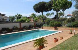 Houses for sale in El Masnou. Beautiful house with swimming pool, a garden and a garage with 2–3 parking spaces. Near the beach.