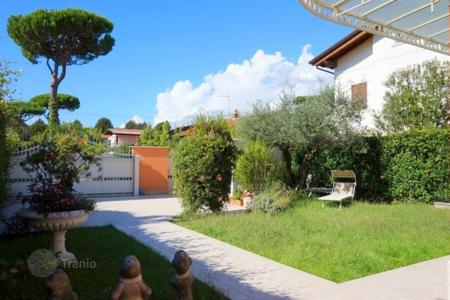 4 bedroom villas and houses by the sea to rent in Lucca. Villa – Forte dei Marmi, Tuscany, Italy
