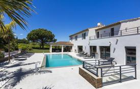 Houses with pools by the sea for sale in Côte d'Azur (French Riviera). Bright villa overlooking the sea with a private garden, a pool and a garage, Saint-Tropez, France