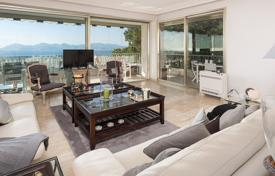 Luxury apartments with pools for sale in Côte d'Azur (French Riviera). Spacious apartment with a terrace and sea views in an elite residence with a pool, Californie Pezou, Cannes, France