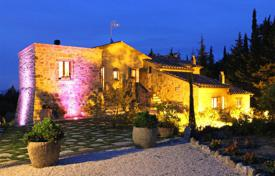5 bedroom houses for sale in Tuscany. Prestigious farmhouse restored for sale in Tuscany