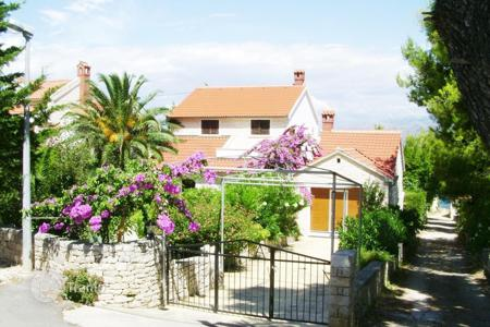 3 bedroom houses by the sea for sale in Croatia. A beautiful family home for sale in Splitska on Brac island