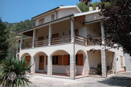 Residential for sale in Spoleto. Modern villa with garden Spoleto