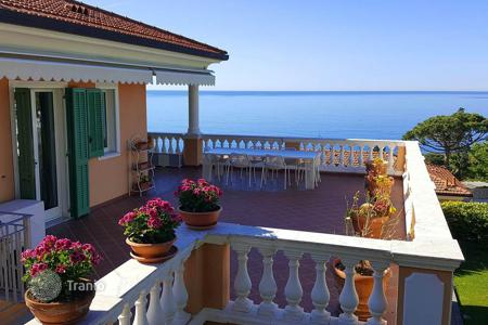 Penthouses for sale in Ospedaletti. Penthouse with a spacious terrace and a private garden, at 400 meters from the sea, Ospedaletti, Italy