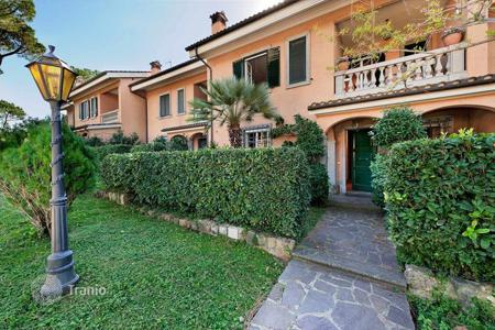 Property for sale in Lazio. Magnificent terraced house with private garden in a beautiful residential complex located in Via Appia