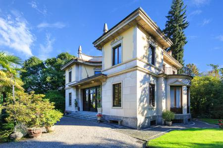 Luxury houses for sale in Piedmont. A luxury Villa with a well-cared garden of 3100 m² in Stresa, Maggiore lake