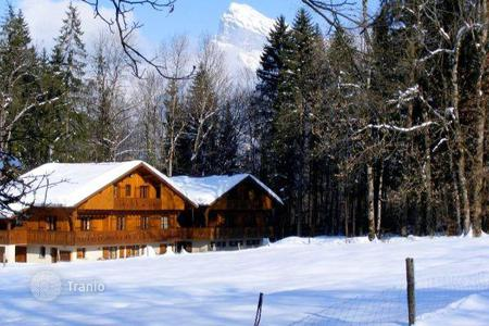 Villas and houses to rent in Arâches-la-Frasse. Classic chalet with parking and cinema in the ski resort of Flaine, Morillon, France