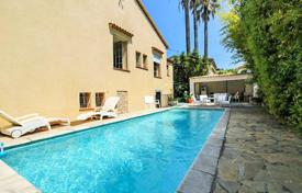 Luxury 3 bedroom houses for sale in Cannes. Comfortable villa with a pool and spa, in a prestigious area, Cannes, France