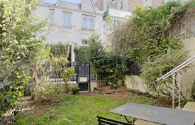 Luxury 4 bedroom houses for sale in Ile-de-France. Paris 13th District – An over 150 m² property with a garden and courtyard