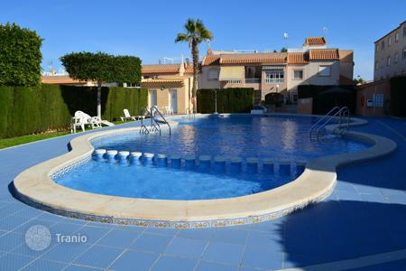 Cheap apartments with pools for sale in Spain. Two-bedroom apartment in a residential complex with a swimming pool and a garden in Torrevieja, Los Balcones district