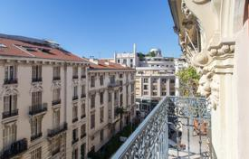 Cheap 1 bedroom apartments for sale in Nice. Last floor in a bourgeois building with balcony
