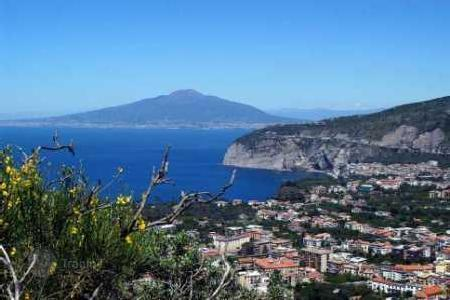 Apartments for sale in Campania. SORRENTO — CENTRAL — PROPOSE N SELL APARTMENT ON THE FIRST FLOOR CONSISTS OF ENTRANCE, LIVING ROOM WITH KITCHE[…]